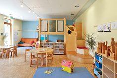 """Wohlfühlatmosphäre: In diesem Gruppenraum sorgt die blaue Akzentwand """"3D Arctis 115"""" für einen wohltuenden Kontrast zu den vielen Holzelementen. Der Raum wirkt angenehm ruhig und strukturiert."""