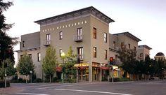 Hotel Healdsburg: The Hotel Healdsburg anchors the west side of Healdsburg's historic town plaza. yay-the best!