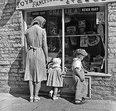 Lookin In The Toy Store Window Escaparate Tienda Perfectodia