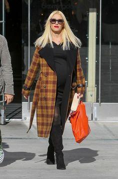 Pregnancy fashion winter style. Gwen Stefani pregnant.