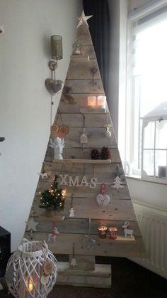 arbre de noel en bois de palette décoré de petits trucs