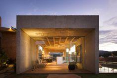 Galeria da Arquitetura   Bar/Piscina/Galeria - O projeto de iluminação, de autoria de Ana Bahia, foi desenhado de maneira a fazer contraste com a rudeza do concreto
