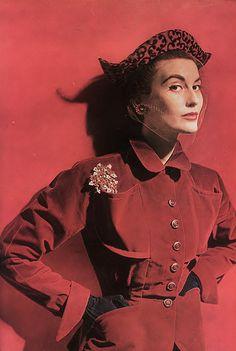 Venetian red velvet suit, scarf, and hat. Suit by Adele Simpson. Jewels by Van Cleef & Arpels. 1940s Fashion, Red Fashion, Colorful Fashion, Fashion Models, Fall Fashion, Madame Gres, Mode Vintage, Vintage Vogue, Vintage Glamour