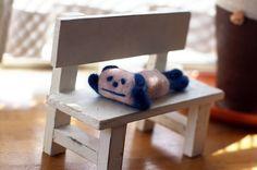 羊毛フェルトで作ったパンダです。のん気にほおづえついてます。パンダの大きさは12.5センチです。ベンチもつきます。現在高円寺のLUCAFEにて展示中(11/1...|ハンドメイド、手作り、手仕事品の通販・販売・購入ならCreema。