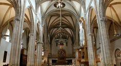 Interior de la Magistral Place Of Worship, Catholic, Madrid, Ceiling Lights, Places, Interior, Pastor, Temple, Monuments