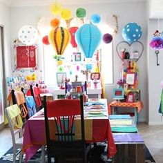 Adorei essa decoração, alegre e divertida, para festa com tema balões!  #kikidsparty