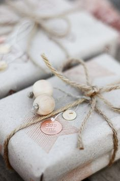 100 Christmas ideas series / 5 themes / get inspired / natural gift wrap idea with wooden beads http://passionshake.com