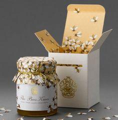 """Les composants:  Les contenants : emballage en carton, pot en verre, fermeture et ouverture du pot avec un couvercle.  Le décor : L'emballage représente une ruche, avec à l'intérieur un grand nombre d'abeilles, certaines dessinés sur l'emballage, d'autres sur le pot, d'autres encore qui sont en papiers. Les couleurs évoquent aussi le naturel de la ruche et des abeilles. La marque est apposée sur l'emballage avec l'inscription """"the bees knees"""", expression qui signifie """"de la meilleure…"""