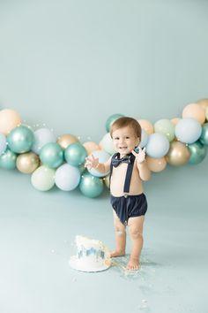 Gold, blue and green cake smash Boys 1st Birthday Cake, 1st Birthday Balloons, 1st Birthday Photoshoot, Birthday Ideas, Baby Cake Smash, Baby Boy Cakes, Its A Boy Balloons, Cake Smash Photography, Cake Smash Photos