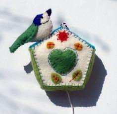 Muziekdoosje van vilt, handgemaakt, in de vorm van een vogelhuisje met pimpelmees/musicbox made from felt, birdhouse