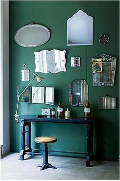accumulation de miroirs sur mur émeraude