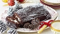 Bake and serve this classic Yule log for Christmas. Instead of strawberry jam, try hazelnut spread for an extra nutty sweet hit! Best Christmas Desserts, Xmas Food, Christmas Baking, Christmas Goodies, Holiday Baking, Christmas Treats, Christmas Time, Traditional Shortbread Recipe, Whipped Icing