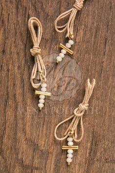 Μαρτυρικά βάπτισης κρεμαστό από κερωμένο κορδόνι με χειροποίητο σταυρό με χάντρες Greek Crafts, Christening, Diy Fashion, Easter, Diy Crafts, Jewels, Handmade, Gifts, Wedding