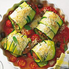 Das Zucchini-Kleid sieht schön frisch aus - und betont die mediterrane Note unserer mit Kapern, Sardellen und Salbei verfeinerten Buletten. Auf dem Tomaten-Oliven-Bett geht's dann ab in den Ofen. Foto: Thomas Neckermann