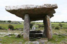 La forma de éste dólmen me recuerda a la letra pi (π)