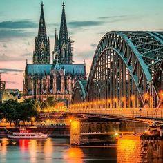 A Catedral de Colônia é considerada uma das mais incríveis e impressionantes destas estruturas espalhadas pela Europa.  Use a #filtravell em seus posts de viagem turismo etc...   Cologne / Alemanha  : @fokkebok #filtravell #ftll #alemanha #europa #germany #alemanha #Colognetravel #viagem #férias #ferias #travel #traveltrip #Colognetrip #bestplace #kolnerdom #colognecathedral