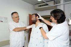 """En un procedimiento de vanguardia médicos israelíes implantan a un herido sirio una nueva mandíbula de titanio.   Ya lescontamos antes""""desde Siria con amor"""" una historia de entre miles que han sucedido desde el comienzo de la guerra en Siria. Ahora un hombre de 23 años sufrió una herida de bala que destruyó completamente su mandíbula inferior. Este hombre ha recibido un implante de mandíbula mediante un procedimiento totalmentepionero."""