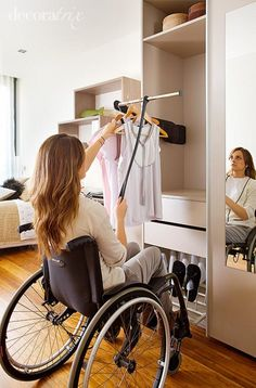Accessibility and closets does not need to be mutually exclusive. This pull down rod is a great storage idea to make all your clothes reachable Aide Handicap, Design Thinking, Handicap Accessible Home, Ada Bathroom, Aging In Place, Home Hacks, Disability, Bedroom Decor, New Homes