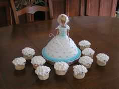 little bo peep cake. I'll never make this, but it was just too too adorable to let it go by....