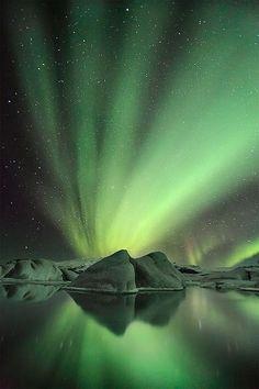 La laguna glaciar Jökulsárlón bajo la aurora en invierno, Islandia