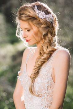 Peinados para el día de tu boda. Chica con una trenza cola de pez puesta sobre su hombro