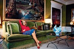 Designer Tory Burch in 2015 on a velvet sofa inspired by a much-photographed model in Hubert de Givenchy's Paris residence New York Apartments, New York Homes, Sofa Design, Interior Design, Hall Design, Chinoiserie, Salons Cottage, Gracie Wallpaper, Maximalist Interior