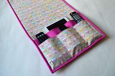 Organizador para cama box.  Ideal para quartos onde não cabe a mesinha de cabeceira.    - Com 4 bolsos (1 grande e 3 menores), que podem ser usados para colocar controle remoto, Ipad, tablet, livro, óculos.    ________________________________________  COMPOSIÇÃO:  - Brim.  - Tecido 100% algodão (...