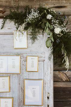 Stare drewniane drzwi świetnie sprawdzą się jako dekoracja ślubna na Waszym rustykalnym weselu Wreaths, Door Wreaths, Deco Mesh Wreaths, Floral Arrangements, Garlands, Floral Wreath, Garland