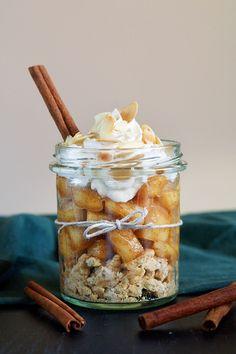 Szarlotka w słoiku. Deser jabłkowy bez pieczenia. Full House, Mojito, Köstliche Desserts, Delicious Desserts, Good Food, Yummy Food, Food Inspiration, Catering, Healthy Snacks