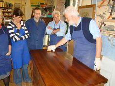 lucidatura a tampone nel corso di restauro avanzato-artedelrestauro.it Cleaning Wood, Shabby, Furniture Restoration, Furniture, Restoring Furniture