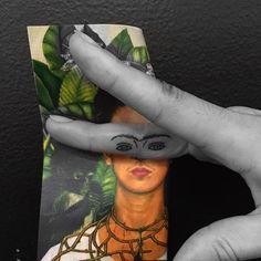 Tatuaje+inspirado+en+Frida+Kahlo,+situado+en+el+lateral+izquierdo+del+dedo+corazón+derecho.+Artista+tatuador:+Jon+Boy+·+Jonathan+Valena