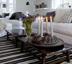 Stuen er indrettet enkelt i hvid og sort, og med naturlig pynt af smukke grangrene og hvide stjerner.
