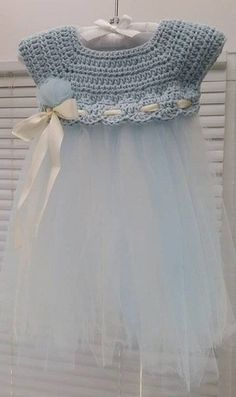 Crochet Dresses Patterns Crochet and Tulle Baby Dress - Such a cute idea to add tulle to some crochet for a unique kiddie dress! - Crochet and Tulle Baby DressThis crochet pattern / tutorial is available for free. Full post: Crochet and Tulle Baby Dress Baby Girl Crochet, Crochet Baby Clothes, Crochet For Kids, Crochet Dresses, Crochet Dress Girl, Crochet Summer, Baby Patterns, Dress Patterns, Crochet Patterns
