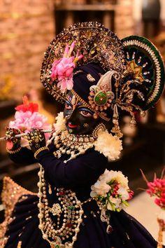 Sri Krish na. Krishna Statue, Krishna Leela, Cute Krishna, Jai Shree Krishna, Radha Krishna Photo, Radha Krishna Love, Radhe Krishna Wallpapers, Lord Krishna Hd Wallpaper, Lord Krishna Images