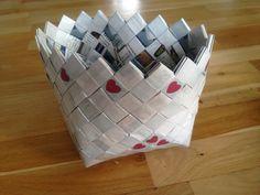 Tasken med hjertebund har også hjerter på tasken. Candywrapper bag purse taske ReCyklisten avis papir avispapir genbrug upcycle recycle bæredygtig romantik hvid rød elsker kærlighed http://recyklisten.blogspot.dk/2013/11/hjertetaske.html?m=0