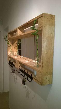 Garderobe mit Spiegel gebaut aus Paletten, DIY Wandgarderobe aus alten Paletten. http://www.1001pallets.com/2015/08/pallet-mirror-entrance/