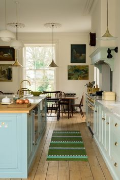 perfect Georgian townhouse remodeled to utter perfection Gorgeous York townhouse with a Classic English kitchen from deVOLGorgeous York townhouse with a Classic English kitchen from deVOL Farm Kitchen Ideas, New Kitchen, Kitchen Dining, Kitchen Decor, Kitchen Cabinets, Kitchen Size, Eclectic Kitchen, Blue Cabinets, Farm Kitchen Design