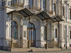 Nouveau Palais Michel - 18 Quai du Palais - Saint Petersbourg - Construit de 1857 à 1861 par l'architecte Andrey Ivanovich Stackenschneider pour le Grand Duc Michel Nikolaïevitch, fils de Nicolas Ier.