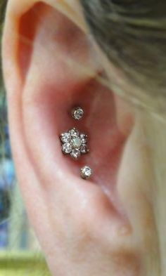 Inspirational conch piercing images from inner, outer, double or triple. Conch Piercing information on pain, healing time and conch jewelry. Triple Conch Piercing, Piercing No Tragus, Outer Conch Piercing, Conch Piercing Jewelry, Ear Piercings Conch, Cute Ear Piercings, Piercing Tattoo, Body Piercing, Septum