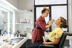 Zeit zum Sammeln: Bei Melanie in der Maske konzentriert sich Evelin König auf die kommende Live-Sendung.  Foto © Berthold Steinhilber für Mein Buffet