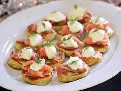 Kleine Blinis mit saurer Sahne und Räucherlachs Small and fine: small blinis with sour cream and smoked salmon – smarter – time: 30 min. Party Finger Foods, Party Snacks, Borscht Soup, Unique Recipes, Ethnic Recipes, Appetisers, Seafood Dishes, Winter Food, Winter Meals