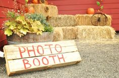 Country fall wedding DIY photo booth: old pallet & paint. Hay bales and pumpkin decorations. Fall Photo Booth, Diy Wedding Photo Booth, Diy Photo Booth, Photo Booths, Fall Festival Booth, Festival Image, Festival Party, Wedding Decorations On A Budget, Wedding Ideas