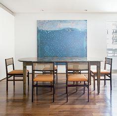 Sala de jantar: o ambiente foi criado onde antes havia grande louceiro. Mesa com cadeiras da Loja Teo. Tela da artista Marina Saleme, da Galeria Luisa Strina (Foto: Ricardo Bassetti/Divulgação)