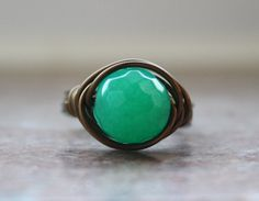 Round stone ring | Emerald #pantone #FCRS13