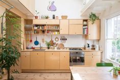 Charming London revamp brings the sun right in Small Kitchen Remodel brings Charming London revamp sun Boho Kitchen, Home Decor Kitchen, Kitchen Interior, Home Kitchens, Interior Livingroom, Style At Home, Plywood Kitchen, Plywood Cabinets, Cheap Bathrooms