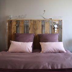 Tête de lit en bois brut de palettes industrielles