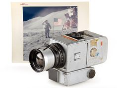 A camera used on the 1971 Apollo 15 Moon mission sold for almost a million dollars at an auction late last week. Camera Gear, Leica Camera, Nikon Dslr, Old Cameras, Vintage Cameras, Canon Cameras, Canon Lens, Apollo Space Program, Tecnologia
