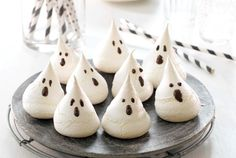 Spøkelser laget av TORO Marengs Pavlova Pavlova, Halloween Candy, October, Food, Baking, Drinks, Drinking, Beverages, Bakken