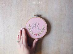 Floral Alphabet Embroidery Hoop Kunst auf Ferienhaus Rosa Pin Dot