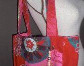 Sac bandoulière été tissu fleurs accompagné de sa pochette : Sacs bandoulière par brodeusenfete